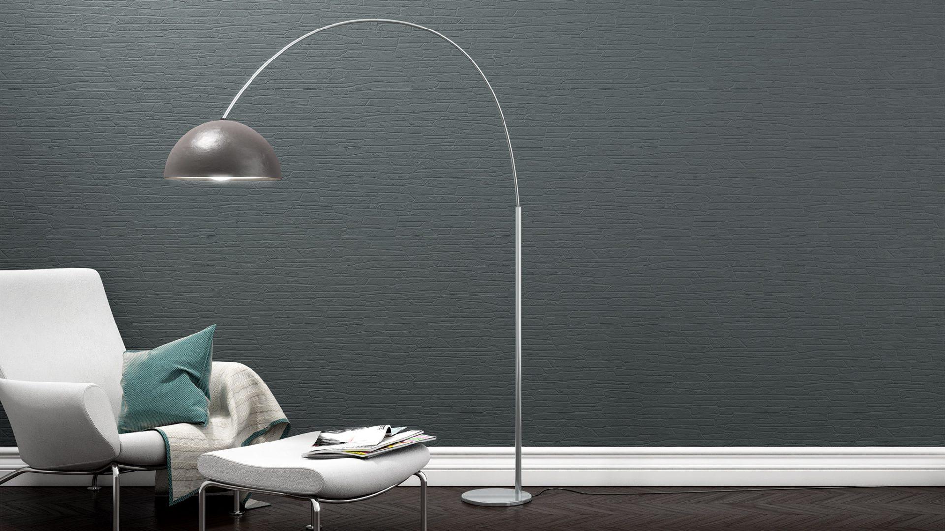 3D-Milieu interior/Rendering eines weißen Sessels mit Hocker neben Bogen-Stehleuchte vor Struktur-Tapete
