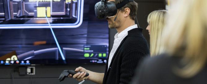 Person mit VR-Brille auf der HMI2017