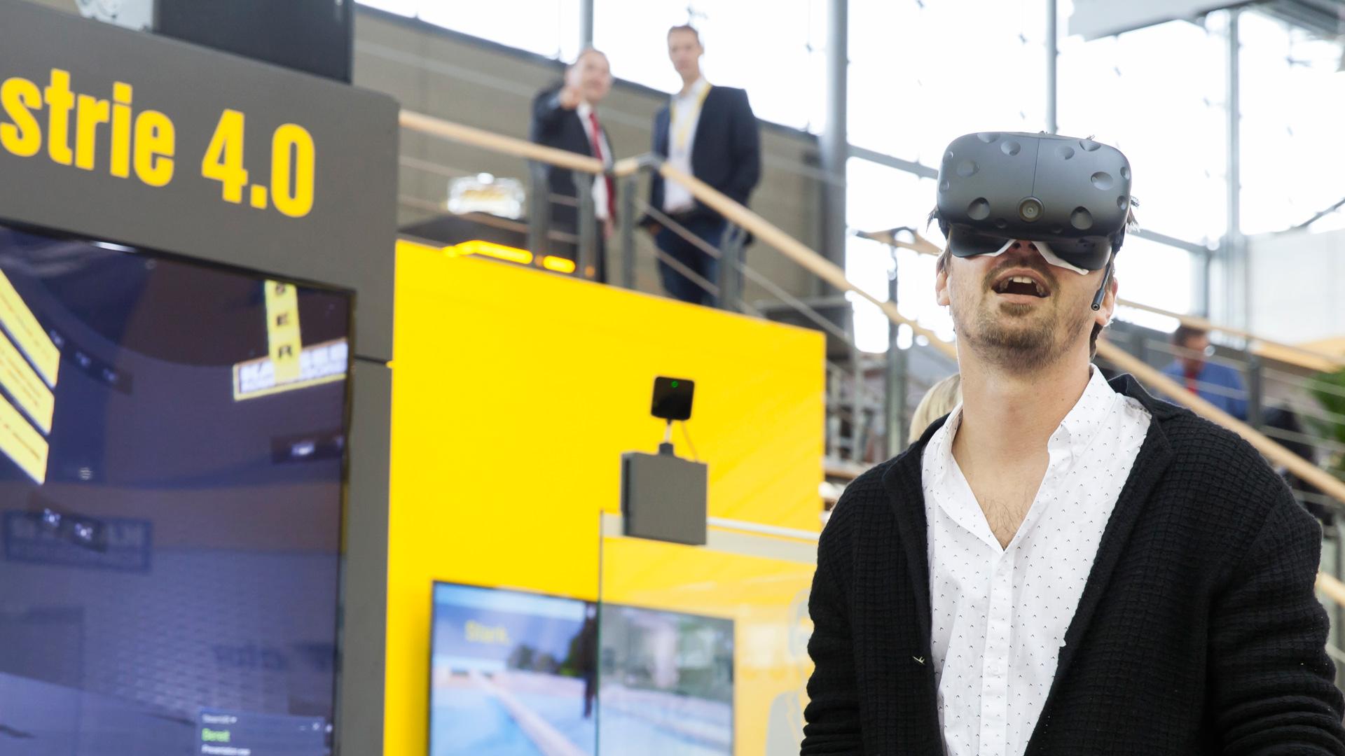 Nutzer der 3D-interaktiven VR-Anwendung auf der HMI2017