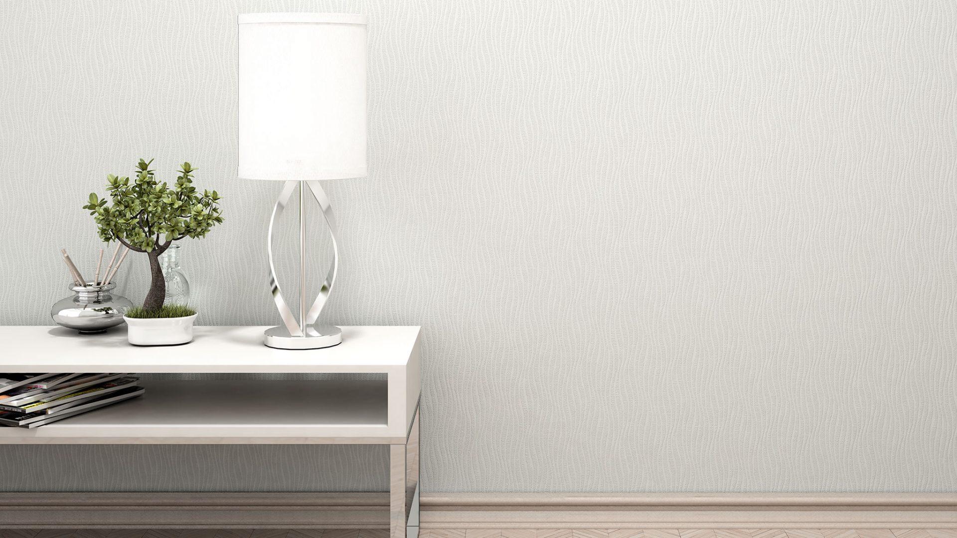 Interior 3D-Milieu/Rendering mit Tischlampe, Mini-Bonsai und Duftstäbchen auf weißem Sideboard vor Rasch Tapete
